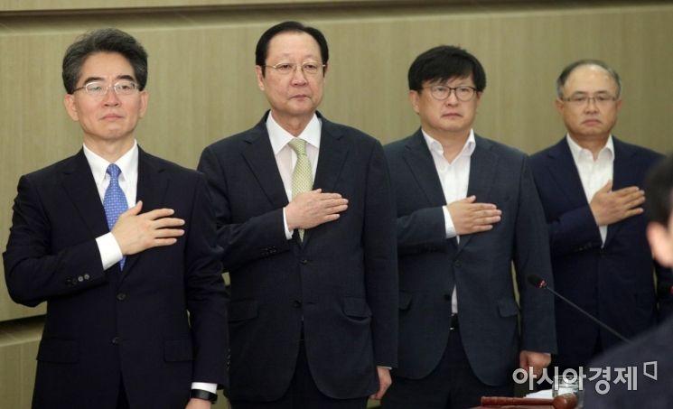 [포토] 국민의례하는 권기흥 동반위원장