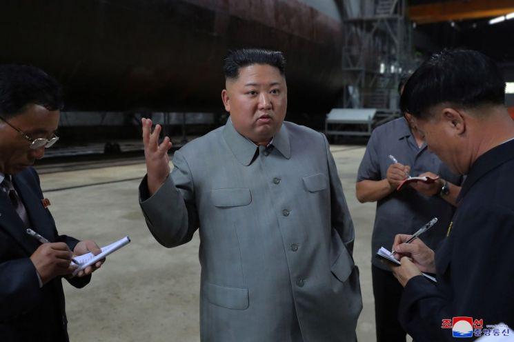 김정은 북한 국무위원장이 새로 건조한 잠수함을 시찰했다고 조선중앙통신이 23일 보도했다.