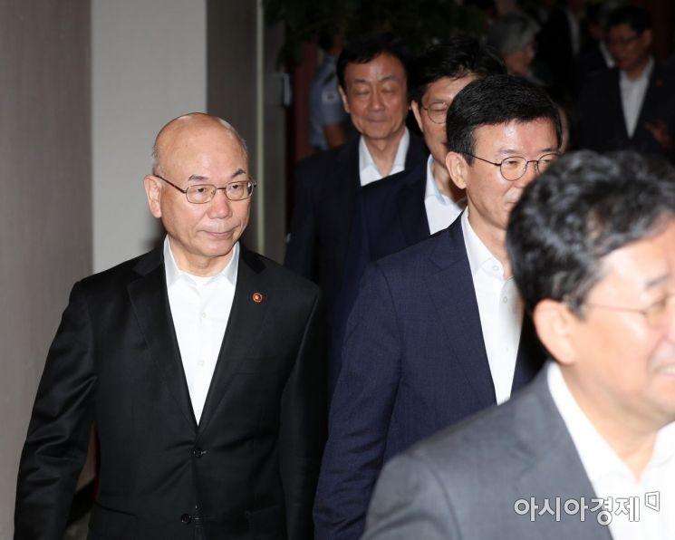 [포토]사의 표명한 이효성 방통위원장, 국무회의장으로