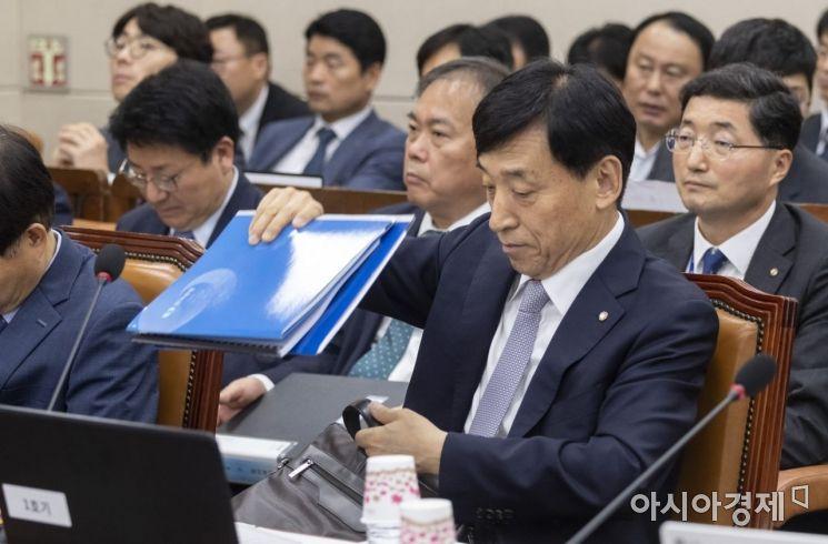 이주열 한국은행 총재가 23일 국회에서 열린 기재위 전체회의에 출석, 자료를 정리하고 있다./윤동주 기자 doso7@