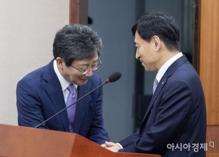 [포토] 인사 나누는 이주열 총재·유승민 의원