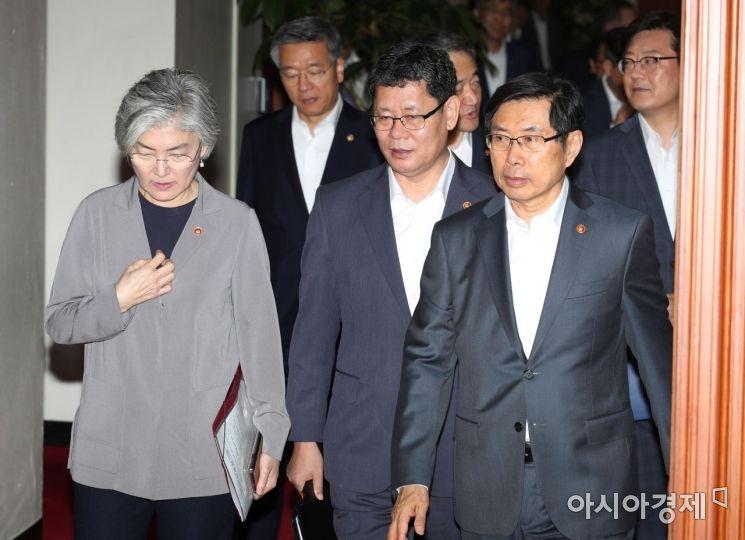 [포토]함께 걷는 통일부·외교부·법무부 장관