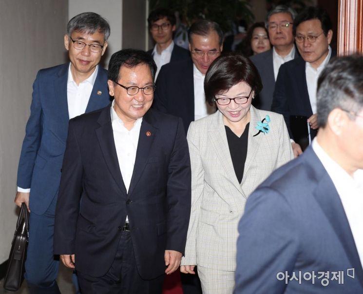 [포토]밝은 표정의 유영민 과기부 장관과 진선미 여가부 장관