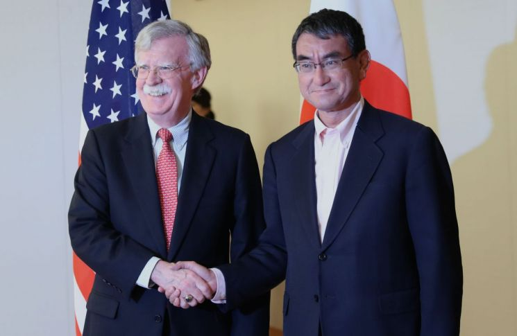 일본을 방문한 존 볼턴(왼쪽) 미국 백악관 국가안보회의(NSC) 보좌관이 22일 도쿄에서 고노 다로(河野太郞) 일 외무상과 만나 악수하고 있다.  사진=AFP/연합뉴스