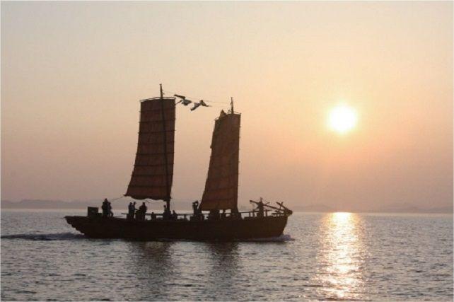 12세기 태안 앞바다에 침몰된 고려청자 운송선을 지난 2009년 복원한 '온누비호'의 모습. 고려왕조는 활발한 해상교역을 실시했고 수군도 강하며 조선술도 뛰어났다. 일본은 10세기 이후 오랜기간 동안 여진족 해적들을 고려에서 보낸 것으로 오해했다.(사진=국립해양문화재연구소)