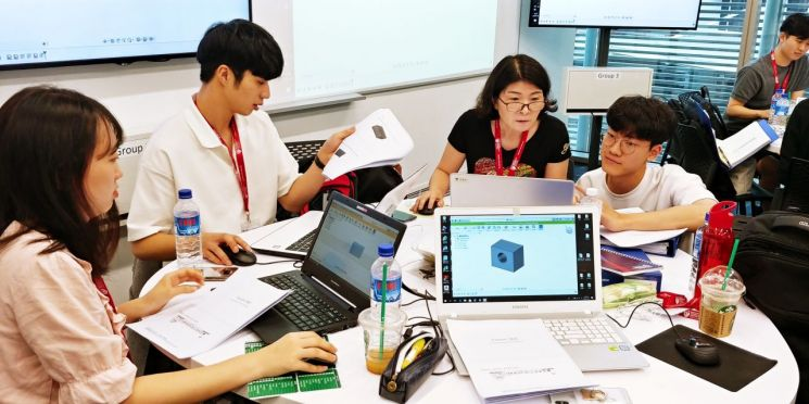 광주대학교 학생들이 난양기술대학교 AR증강현실 강의실에서 Fusion360도 소프트웨어를 통한 CAD작업 등에 대해 교육받고 있다. 사진=광주대학교 제공