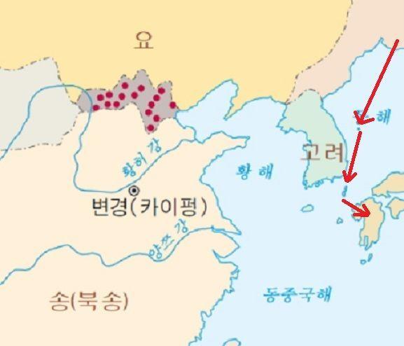 11세기 연해주 일대 여진족들의 해적활동이 활발해지면서 고려 동부해안과 일본까지 여진해적이 들끓었다. 1018년 울릉도를 점령한 여진족 해적들은 이듬해 대마도를 거쳐 규슈를 공격(빨간색 화살표 표시)해 큰 피해를 입힌다.(지도= 두산백과)