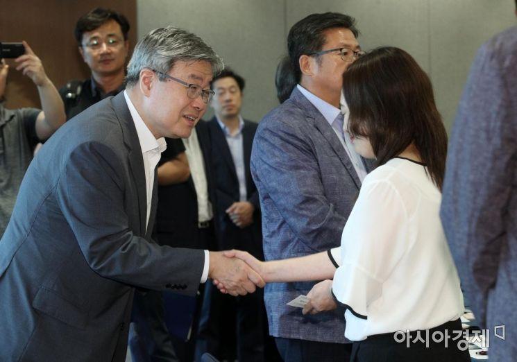 [포토] 참석자들과 인사하는 이재갑 장관
