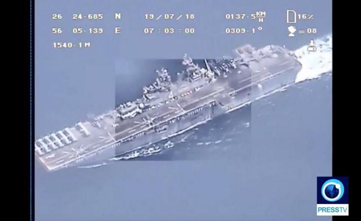 이란 혁명수비대의 정찰무인기(드론)가 18일(현지시간) 촬영한 호르무즈 해협을 지나는 미 해군 군함. 이란 국영 영어방송 '프레스TV' 영상을 캡처한 것이다. 이란 혁명수비대는 18일 걸프 해역의 입구 호르무즈 해협을 지나는 미군 수륙양용 강습상륙함 복서함을 이란 무인기가 상공에서 다양한 각도와 배율로 촬영한 동영상을 19일 공개했다. [이미지출처=연합뉴스]