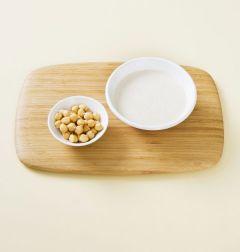 1. 믹서에 우유 2컵, 병아리콩, 마늘 1쪽, 꿀, 소금, 후춧가루를 넣고 간다.