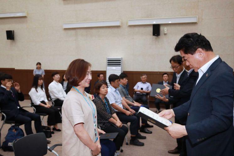 박준희 관악구청장이 지난 19일 열린 올 하반기 팀장 인사 임명장 수여식. 박 구청장은 이날 팀장들에 대한 발령장을 직접 수여하고 있다. 그러나 박 구청장은 직원들은 해당 국장실에서 자유스런 분위기에서 국장들로 하여금 발령장을 주도록 했다.