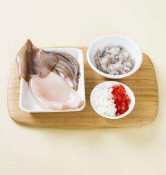 2. 오징어는 내장과 껍질을 제거하여 깨끗하게 씻어 물기를 없앤다. 새우는 내장을 제거하여 잘게 다진다. 양파, 토마토, 마늘 1쪽은 잘게 다진다.