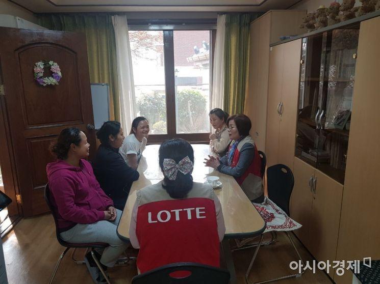 롯데케미칼 전남 여수공장이 다문화이주여성쉼터에 입소한 이주여성 지원에 나선다.(사진=롯데케미칼 여수공장 제공)