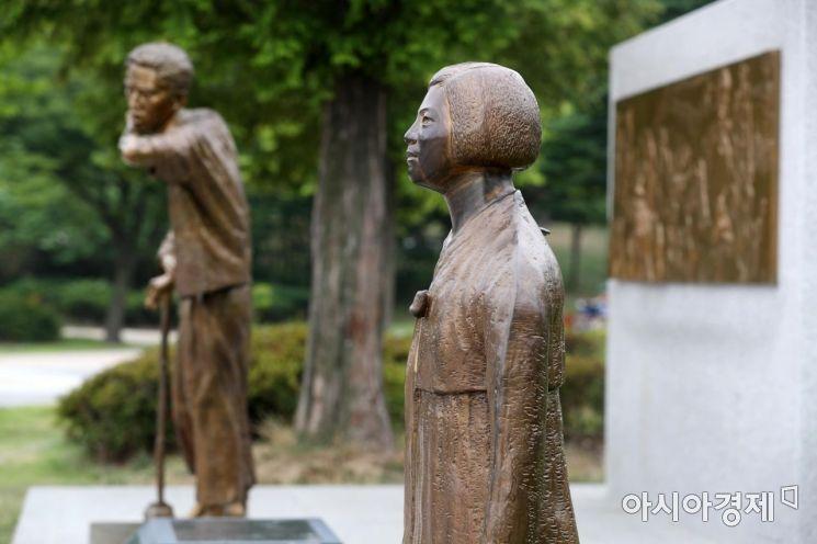 [포토]평화의 소녀상과 강제징용 노동자상