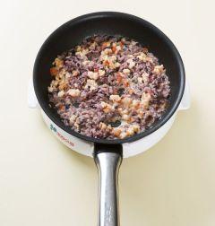 4. ③에 우유 1/2컵과 흑미밥을 넣고 3분 정도 끓인다. 밥에 우유가 스며들면 소금과 후춧가루로 간을 한 다음 5분 정도 더 끓인다.