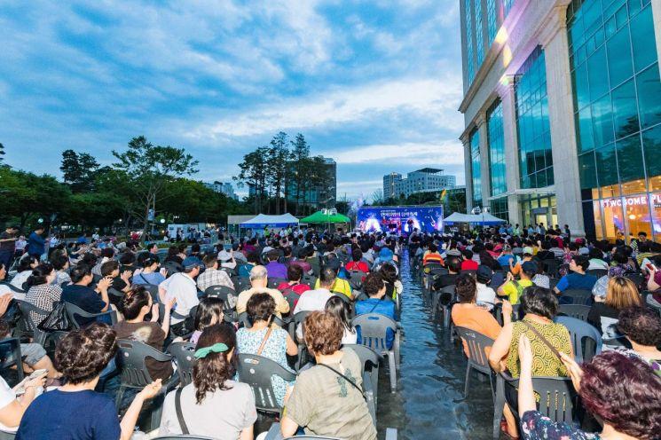 물에 발담그고 즐기는 '한여름밤의 음악축제'