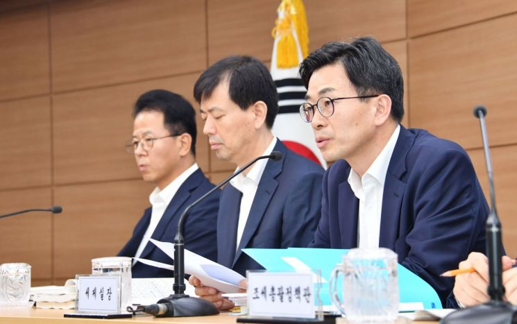 김병규 기재부 세제실장이 22일 정부세종청사에서 2019년도 세법개정안을 설명하고 있다.