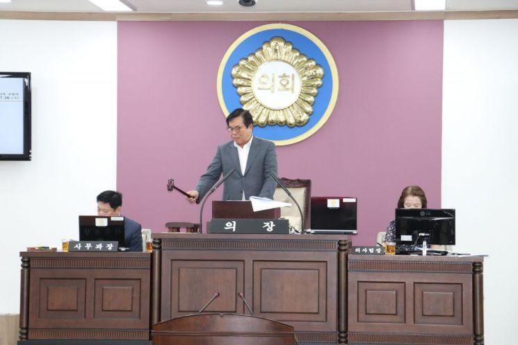 조영훈 중구의회 의장이 24일 임시회 본회의를 열어 추경안과 조례 제정안 등을 통과시키고 있다.