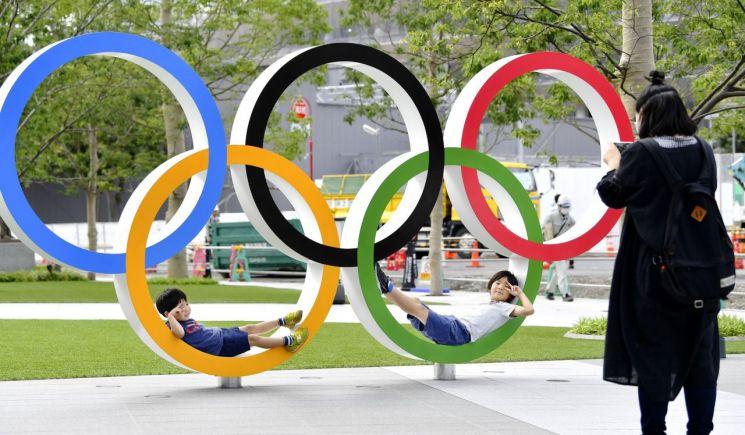 제32회 도쿄 하계올림픽이 1년 뒤인 2020년 7월 일본 도쿄에서 막을 올린다. 사진은 도쿄 신주쿠(新宿) 신국립경기장 인근에 설치된 오륜 조형물. <사진=연합뉴스>