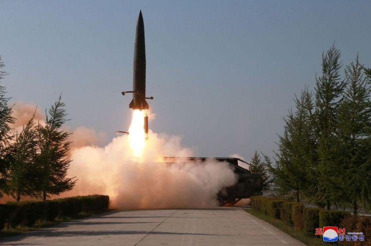 """북한은 25일 강원도 원산 호도반도 일대에서 신형 단거리 미사일 2발을 발사했다.      합동참모본부의 한 관계자는 """"북한이 오늘 오전 5시 34분과 5시 57분경 발사한 미상의 발사체 2발은 모두 단거리 미사일로 평가한다""""면서 """"모두 고도 50여㎞로 날아가 동해상으로 낙하한 것으로 추정한다""""고 밝혔다.      군 전문가들은 북한이 지난 5월 4일과 9일 '북한판 이스칸데르급' 미사일을 두차례 시험 발사한 이후 이 미사일 성능을 지속적인 개량해온 점으로 미뤄, 같은 기종을 발사했을 것으로 추정하고 있다. 사진은 지난 5월 9일 조선중앙통신이 보도한 북한 전연(전방) 및 서부전선방어부대들의 화력타격훈련 도중 이동식 미사일발사차량(TEL)에서 발사되는 단거리 발사체의 모습."""