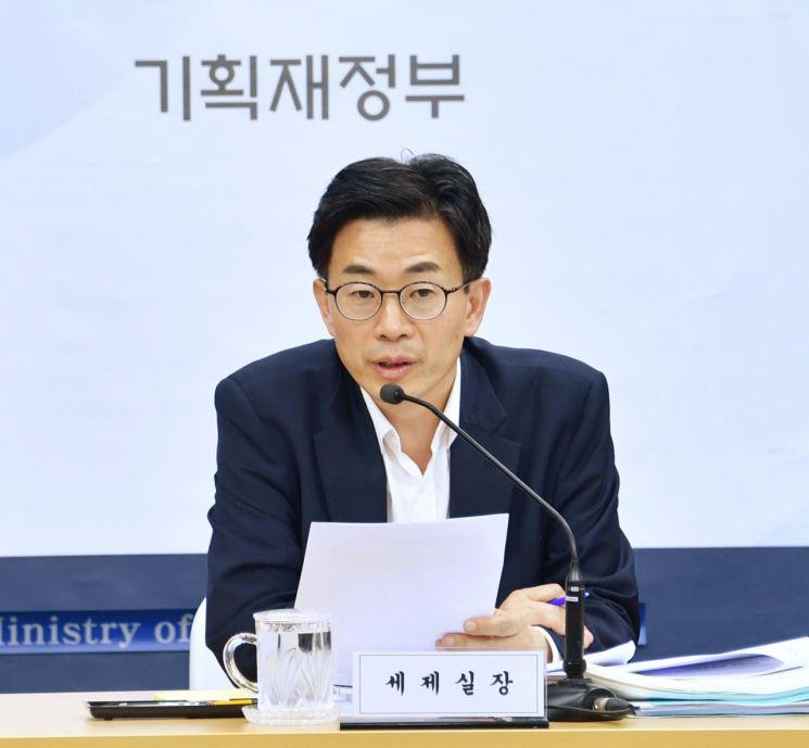 김병규 기획재정부 세제실장이 22일 정부세종청사에서 열린 '2019년 세법개정안' 사전브리핑을 진행하고 있다.