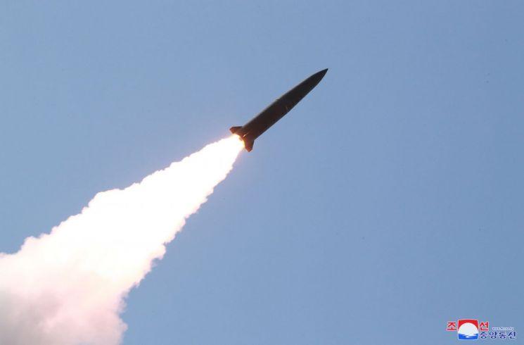 지난 5월 9일 조선중앙통신이 보도한 북한 전연(전방) 및 서부전선방어부대들의 화력타격훈련 도중 이동식 미사일발사차량(TEL)에서 발사되는 단거리 발사체의 모습.