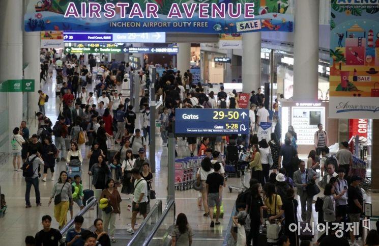 본격적인 휴가철을 맞은 26일 인천국제공항 1터미널이 해외로 떠나려는 여행객들로 붐비고 있다./영종도=김현민 기자 kimhyun81@