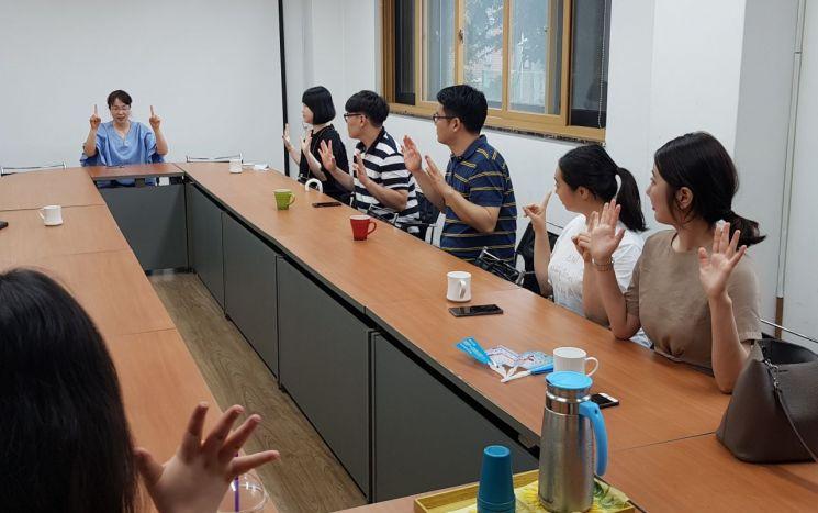 JT친애저축은행 임직원들이 25일 서울 동작구 삼성농아원에서 수화를 배우고 있다. 사진제공=JT친애저축은행