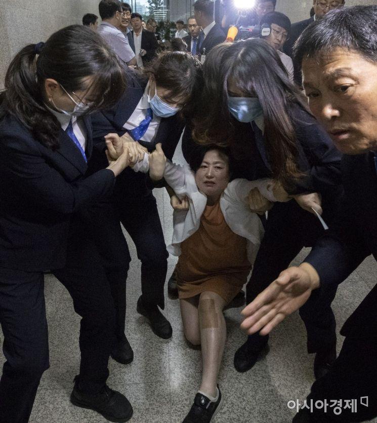 [포토] 끌려나가는 바른미래당 여성 당원