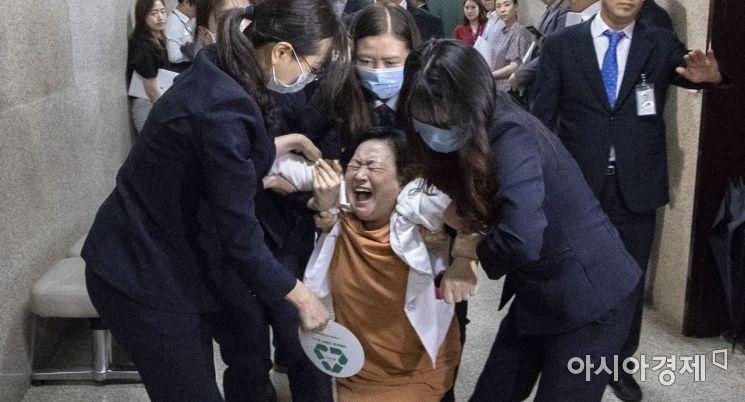 [포토] 끌려나가는 바른미래당 비 당권파