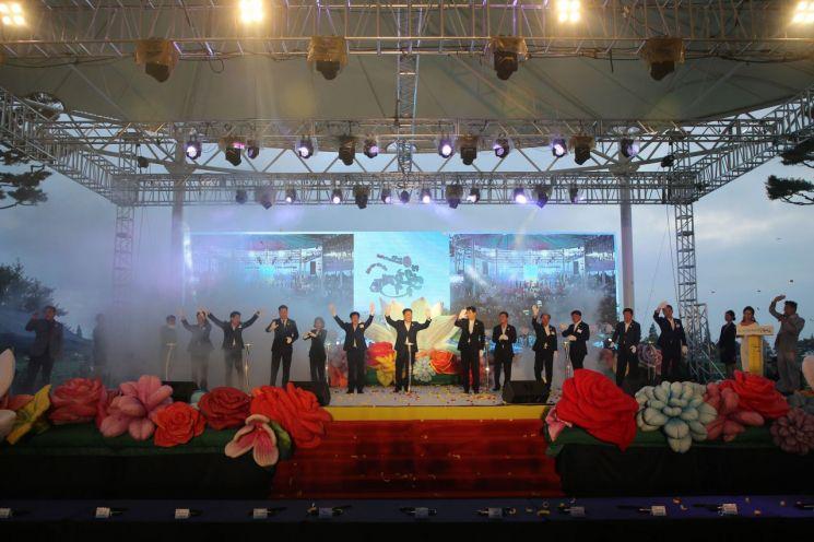 대한민국 대표 여름 축제인 '제23회 무안연꽃축제'가 지난 25일 오후 6시 개막 축하쇼를 시작으로 화려한 막을 올렸다. (사진제공=무안군)