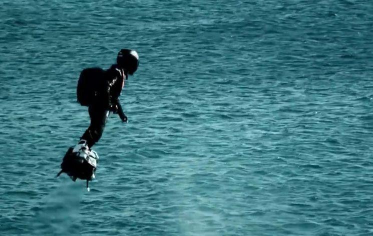 프랑스의 플라잉보드 발명가인 프랭키 자파타(Franky Zapata)는 25일(현지시간) 플라잉보드로 영불해협을 건너는 도전에 나섰다가 실패했다.(사진=https://zapata.com)