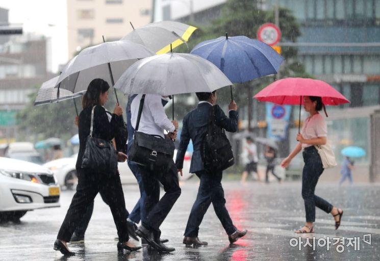 중부지방에 강한 장맛비가 내린 26일 서울 을지로입구역 인근에서 우산을 쓴 시민들이 발걸음을 재촉하고 있다. /문호남 기자 munonam@