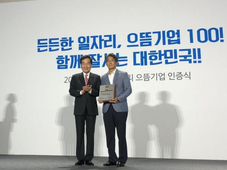 이낙연 국무총리(왼쪽)과 김병무 SK인포섹 경영지원그룹장(제공=SK인포섹)