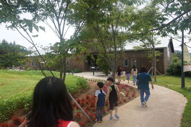 '1박2일 상하농원 가족여행'에 참가한 가족들이 상하농원을 산책하고 있다.