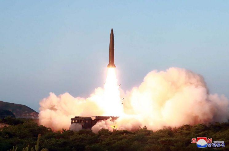 김정은 북한 국무위원장이 한미 군사연습과 남측의 신형군사장비 도입에 반발해 지난 25일 신형전술유도무기의 '위력시위사격'을 직접 조직, 지휘했다고 조선중앙통신이 26일 보도했다. (사진=연합뉴스)