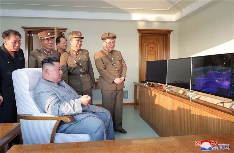 김정은 북한 국무위원장이 한미 군사연습과 남측의 신형군사장비 도입에 반발해 지난 25일 신형전술유도무기의 '위력시위사격'을 직접 조직, 지휘했다고 조선중앙통신이 26일 보도했다. [이미지출처=연합뉴스]