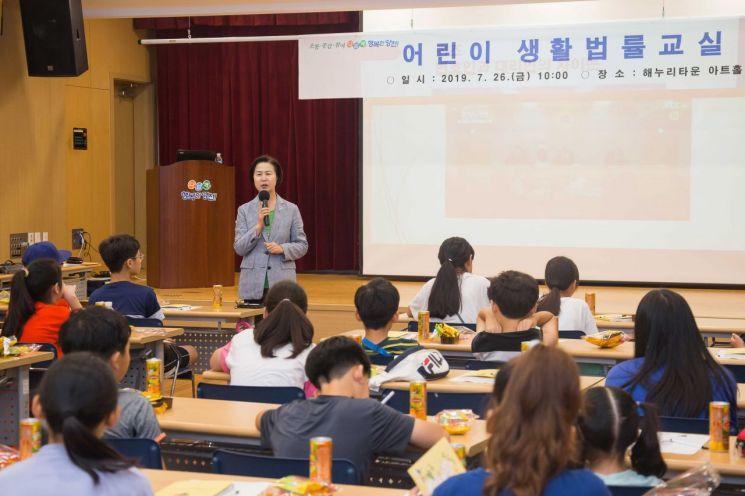 [포토]김수영 양천구청장 '어린이 생활법률 교실' 참석