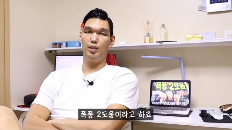 농구선수 출신 유튜버 하승진(34)이 '폭풍 2도움'을 처음 쓴 기자를 찾는다고 밝혔다/사진=하승진 유튜브 화면 캡처