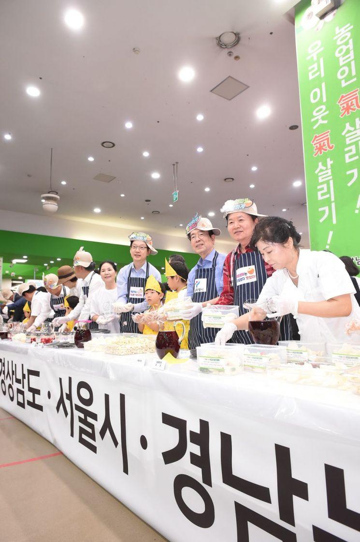 """""""농업인 기 살리자""""…농협유통 마늘·양파 특판전"""