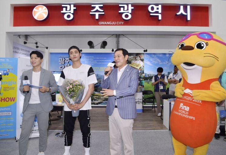 [포토] 세계수영대회 홍보대사 성훈 팬사인회