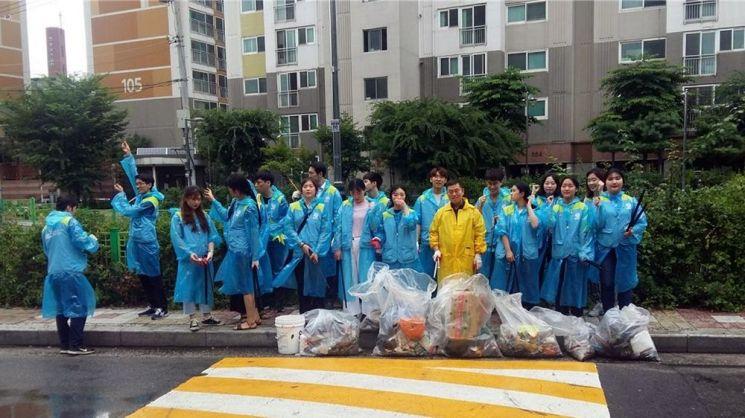24일 국민대 후문~정릉 성원아파트로 이어지는 거리를 청소한 후 ASEZ 회원과 정릉3동 주민센터 관계자