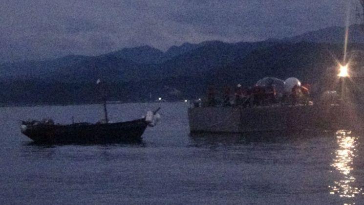28일 오전 해군이 NLL을 넘어온 북한군 부업선으로 추정되는 소형목선을 예인하고 있다. 북한 선박 마스트에 흰색 천이 걸려 있다. (사진=합동참모본부)