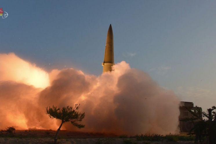 김정은 북한 국무위원장이 한미 군사연습과 남측의 신형군사장비 도입에 반발해 지난 25일 신형전술유도무기(단거리 탄도미사일)의 '위력시위사격'을 직접 조직, 지휘했다고 조선중앙TV가 26일 보도했다.