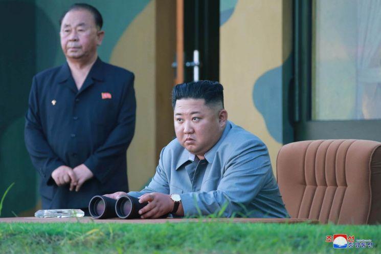 김정은 북한 국무위원장이 한미 군사연습과 남측의 신형군사장비 도입에 반발해 지난 25일 신형전술유도무기의 '위력시위사격'을 직접 조직, 지휘했다고 조선중앙통신이 26일 보도했다.