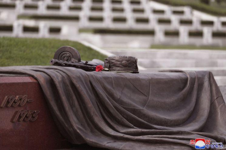김정은 북한 국무위원장이 정전협정 체결 66주년을 맞아 6·25 전사자묘인 '조국해방전쟁 참전열사묘'를 참배했다고 조선중앙통신이 28일 보도했다. 사진은 참전열사묘를 찾은 김 위원장이 헌화한 꽃이 놓인 모습.