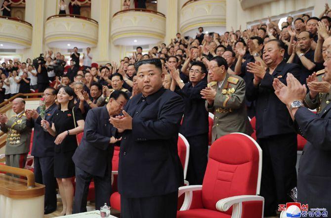 김정은 북한 국무위원장이 정전 체결 66주년에 국립교향악단의 '7·27 기념음악회'를 관람했다고 조선중앙통신이 28일 보도했다. 사진은 중앙통신 홈페이지에 공개된 사진으로, 김 위원장이 주요 간부들과 박수를 치는 모습.