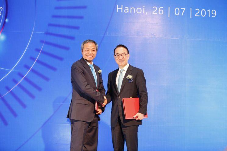 26일 베트남 하노이에서 삼성SDS 홍원표 대표이사 사장(오른쪽)과 CMC 응우엔 쭝 찡 대표이사 회장이 전략적 투자 계약 체결 후 악수하고 있다.