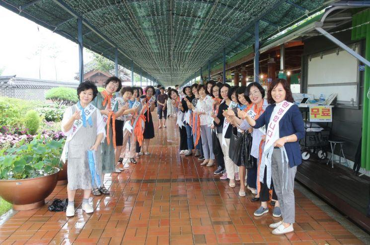 무안군 공직자부인회, 연꽃축제 관광객 맞이 캠페인 펼쳐