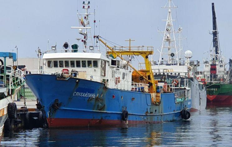 북한에 나포된 러시아 어선 '샹 하이린(Xiang Hai Lin) 8호'가 28일 오후 1시께 한국인 2명과 러시아인 15명 등 선원 17명 전원을 태우고 속초항으로 입항해 부두에 접안하고 있다.  <사진=연합뉴스>